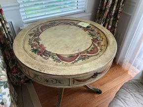 Lot 020 Painted Round Table 28H x 31W PICK UP IN PECONIC/RIVERHEAD