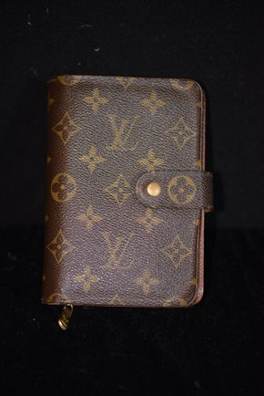 Lot 011 PICK UP IN RVC Louis Vuitton Wallet 4H x 6.125 (Pre-owned)PICK UP IN ROCKVILLE CENTRE, NY