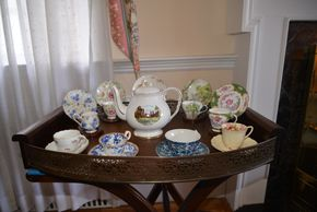 Lot 016 Tea Pot with Tea Cups (Furniture NOT included) PICK UP IN ROCKVILLE CENTRE