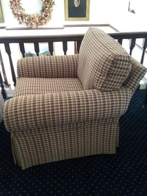 Lot 025 Upholstered Club Chair 34H x 38w X 39L PICK UP IN GARDEN CITY
