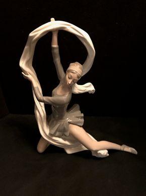 Lot 013 Lladro Ballerina. 13H PICK UP IN BELLMORE.