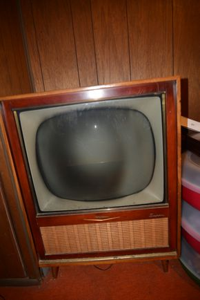 Lot 012 RCA Victor Super 21-inch B/W Television Wooden Case 35H x 23.375W x 17L (NOT TESTED-