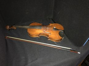 Lot 047 Violin with Case  ITEM CAN BE PICKED UP IN GARDEN CITY