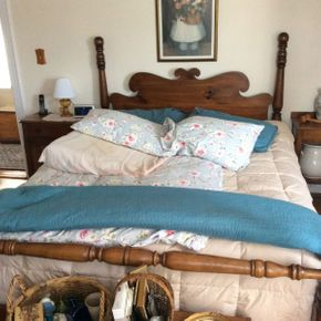 Lot 002 Pine 4 Poster Queen Bed ITEMS TO BE PICKED UP IN WEST HEMPSTEAD