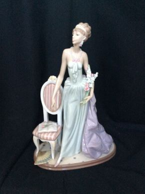 Lot 138 Lladro 1495 Lady of Taste Figurine Retired 6in x 15in  ITEMS TO BE PICKED UP IN MANHASSET HILLS