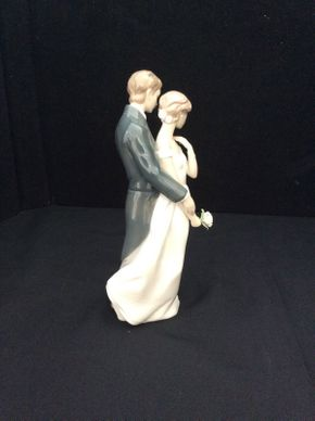 Lot 070 Lladro Everlasting Love Bride and Groom Porcelain Figurine 8279 9.5in Tall  ITEMS TO BE PICKED UP IN EAST HILLS