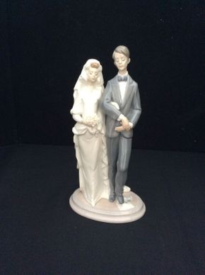 Lot 072 Lladro Mozel Tov Jewish Bride and Groom 6028  9.5in Tall  ITEMS TO BE PICKED UP IN EAST HILLS