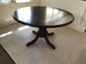 Lot 041 Round Kitchen Table ITEM CAN BE PICKED UP IN GARDEN CITY