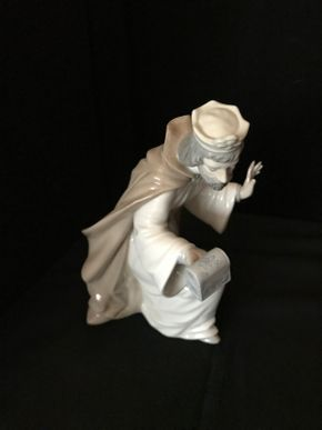 Lot 010 Lladro Wiseman 7.5 Inches Tall. PICK UP IN LAKE GROVE.
