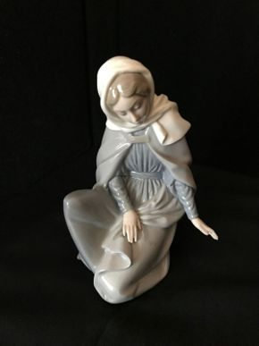 Lot 012 Lladro Virgin Mary 7 Inches Tall. PICK UP IN LAKE GROVE.