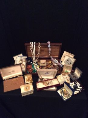 Lot 073 Lot of Costume Jewelry ITEM TO BE PICKED UP IN GARDEN CITY