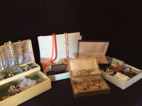 Lot 060 Lot of Costume Jewelry ITEM CAN BE PICKED UP IN BELLEROSE