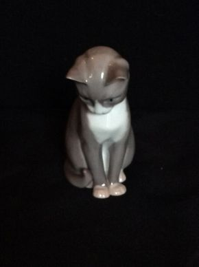 Lot 044 BNG Porcelain Cat ITEM CAN BE PICKED UP IN GARDEN CITY