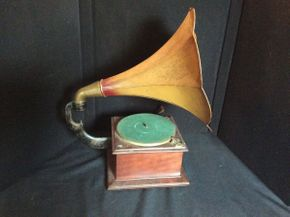 Lot 047 Antique Victrola Victor Victrola ITEM CAN BE PICKED UP IN GARDEN CITY