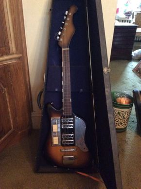 Lot 033 Electric Bass with Case  ITEM CAN BE PICKED UP IN ROCKVILLE CENTRE