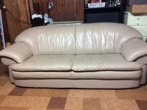 Lot 029 Leather 2 Seat Couch  ITEM CAN BE PICKED UP IN MINEOLA
