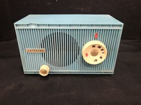 Lot 008 Vintage Futurama Radio