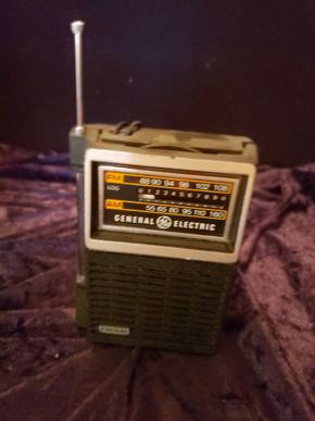 Lot 022 General Electric Handheld Radio FM/AM PICK UP IN FOREST HILLS, NY