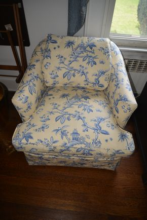 Lot 032 Pick Up Arm Chair 25.5H x 27.5W x 32L PICK UP IN GARDEN CITY