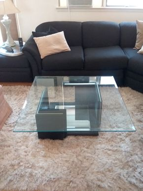 Lot 019 Glass and Resin Coffee Table 15H x 38W x 38 L PICK UP IN BELLE HARBOR