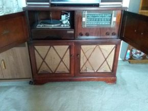 Lot 021 Vintage 40's Majestic Tube Radio w AM and FM Short Wave  Radio and Turn Table all in working order Cabinet is worn 33x 16 x 36.5 PICK UP IN N MASSAPEQUA