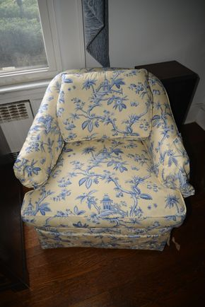 Lot 033 Pick Up Arm Chair 25.5H x 27.5W x 32L PICK UP IN GARDEN CITY