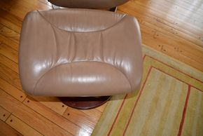 Lot 025 Leather Ottoman 16H x 22W x 18L PICK UP IN CATHEDRAL GARDENS HEMPSTEAD NY