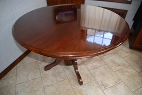 Lot 001 Round Wood Table 29H x 47W x 47L PICK UP IN ROCKVILLE CENTRE