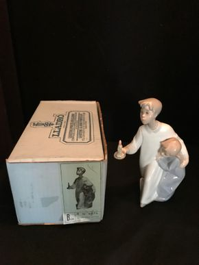 Lot 043 LLADRO BEDTIME TWO BOYS WITH CANDLE WITH ORIGINAL BOX. 8 IN. T. PICK UP IN BELLMORE.