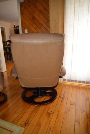 Lot 023 Leather Swivel Chair 39H x 34W x 22L PICK UP IN CATHEDRAL GARDENS HEMPSTEAD NY