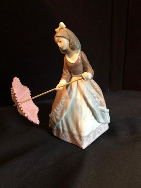 Lot 070 Lladro 5210 JOLIE - GIRL WITH PARASOL PICK UP IN GARDEN CITY