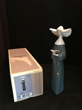 Lot 039 Lladro Prayerful Moment With Original Box. 10.5 Inches H PICK UP IN BELLMORE.