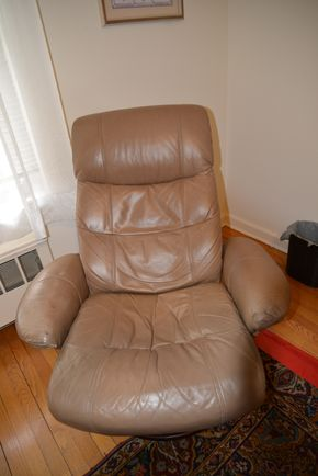 Lot 024 Leather Swivel Chair 39H x 34W x 22L PICK UP IN CATHEDRAL GARDENS HEMPSTEAD NY