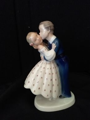 Lot 039 Vintage Bing AND Grondahl  First Kiss Boy Kissing Girl Figurine 2162 7.5 Inches Tall PICK UP IN WEST HEMPSTEAD
