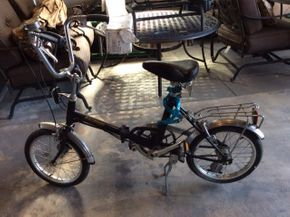 Lot 034 Raleigh Folding Bike Female ITEM MUST BE PICKED UP IN GARDEN CITY