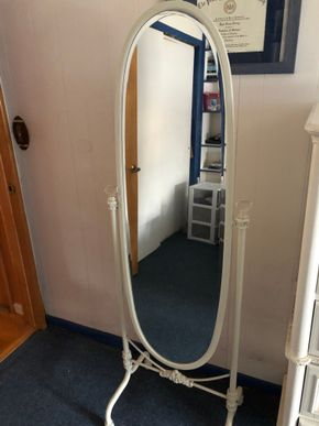 Lot 025 White Oval Floor Mirror ITEM MUST BE PICKED UP IN LONG BEACH