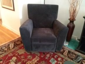 Lot 008 Jennifer Convertible Recliner Chair. 39.5H X 33W X 38.5L Closed. 63L When Opened. PICK UP IN HEMPSTEAD.
