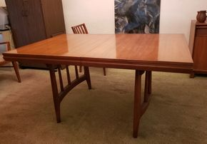 Lot 001 Excellent Condition Mid Century Modern Dining table 30L x 40W x 60L PICK UP ON EAST ELMHURST ON AUG 19TH