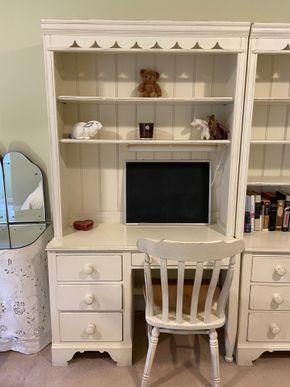Lot 039 White desk w/ bookshelf hutch chair 44in L X 19in W X 78in H PICK UP IN GARDEN CITY 2