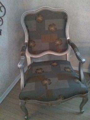 Lot 039 Custom Upholstered Queen Anne Chair 41H x 24.5W x 26L PICK UP IN ROCKVILLE CENTRE