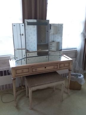 Lot 027 Vintage Vanity with Mirrored Top and Standing Mirror with Crack 29H x 18.5W x 42L PICK UP IN GARDEN CITY